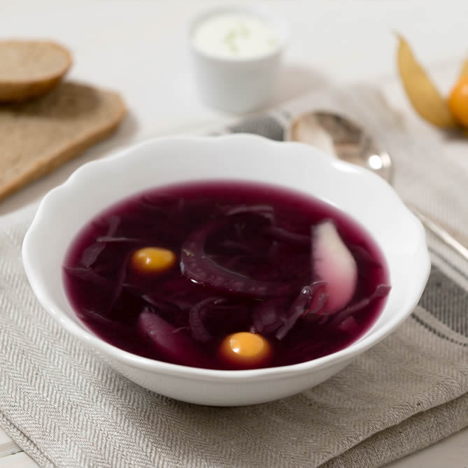Fruity red cabbage soup with pears